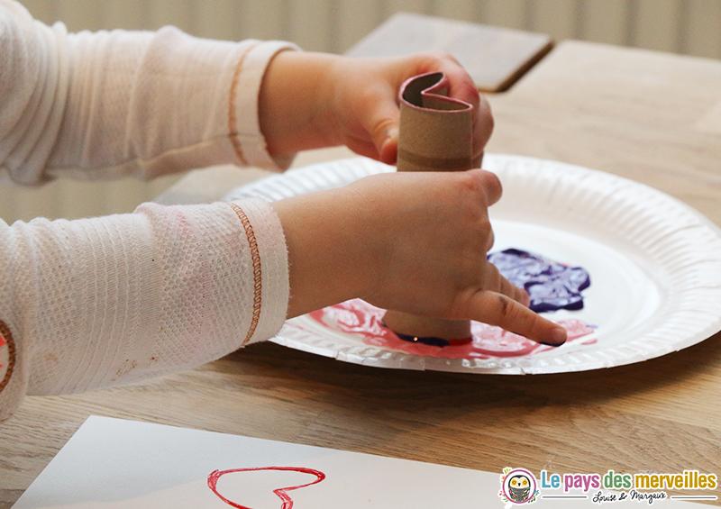 Rouleau de papier toilette transform en tampon en forme de coeur for Peindre des toilettes