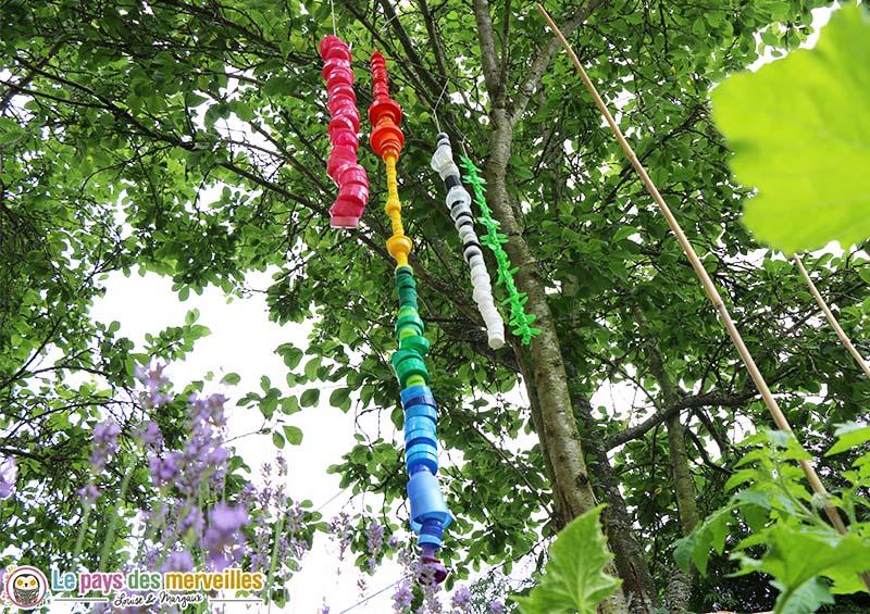 Guirlande de bouchons activit de recyclage for Art jardin creation