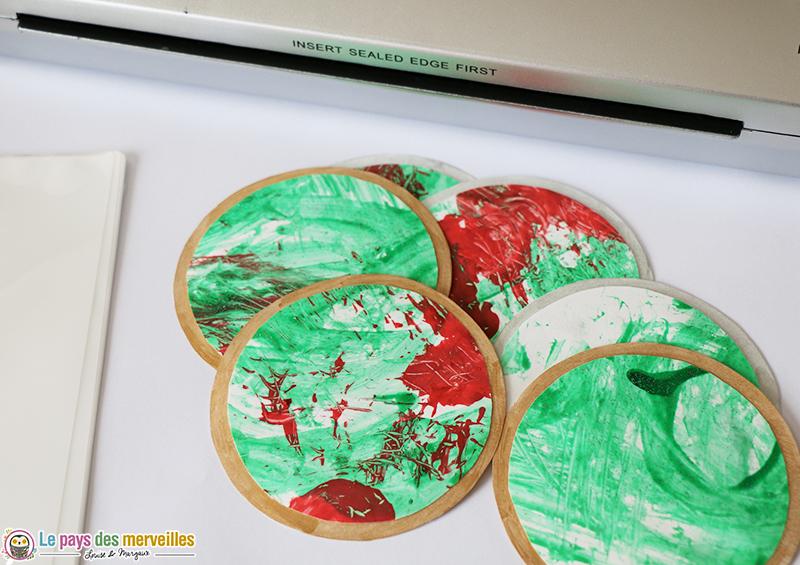 boules de no l en papier peintes avec une branche de. Black Bedroom Furniture Sets. Home Design Ideas