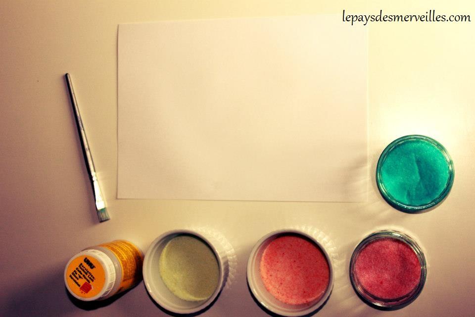 Activité de collage avec du sel coloré