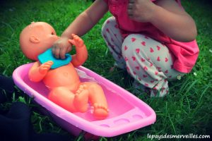 Donner le bain aux poupées (1)