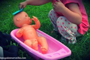 Donner le bain aux poupées