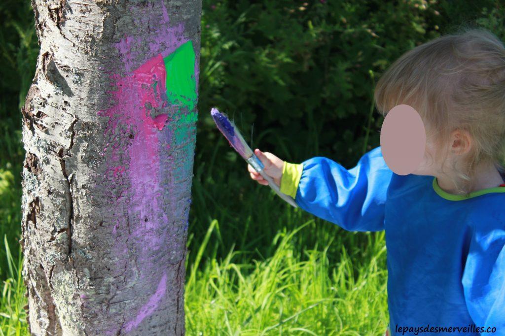 peindre sur un arbre - activité manuelle enfant