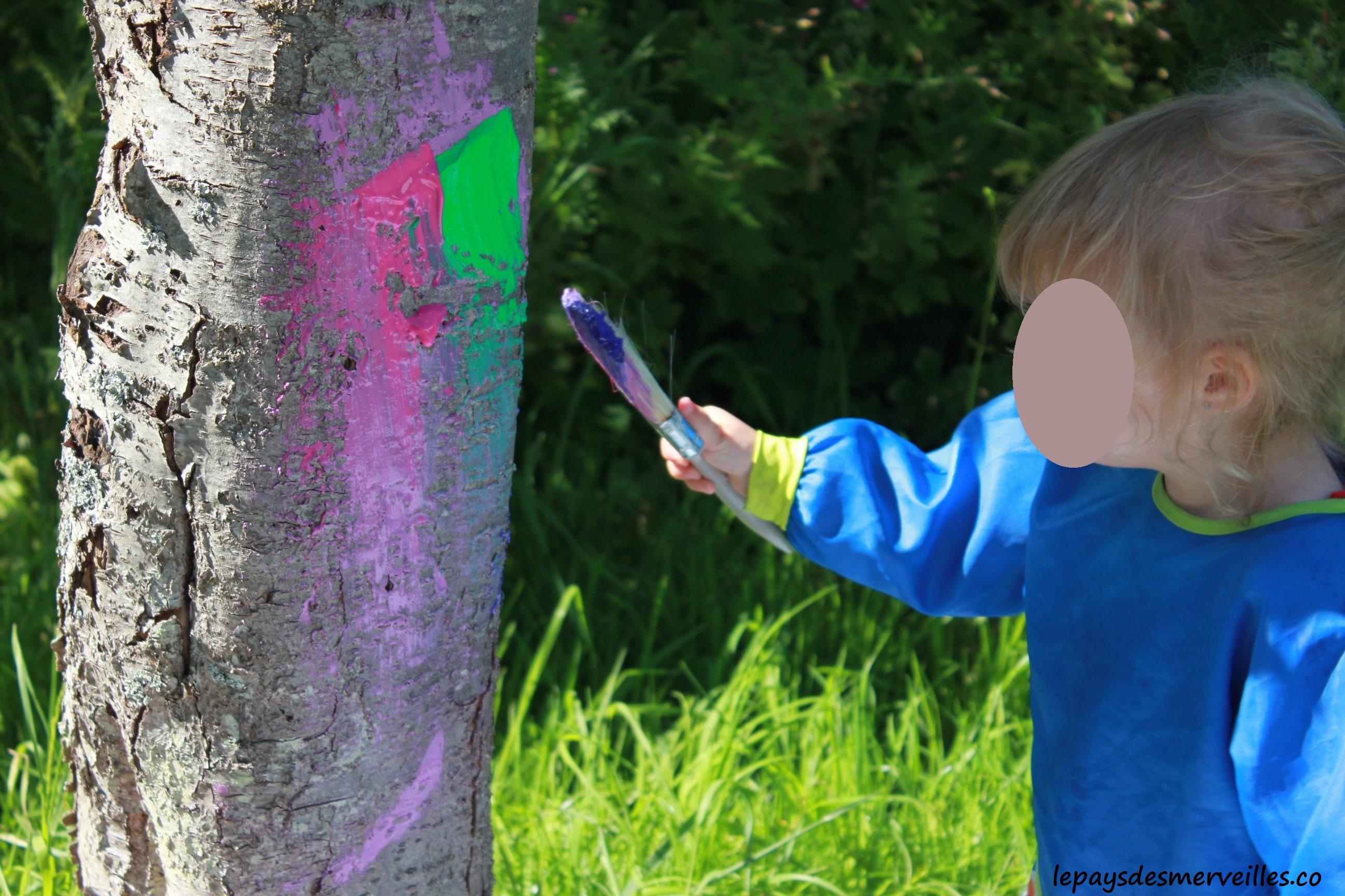 mettre de la couleur dans le jardin en peignant un arbre
