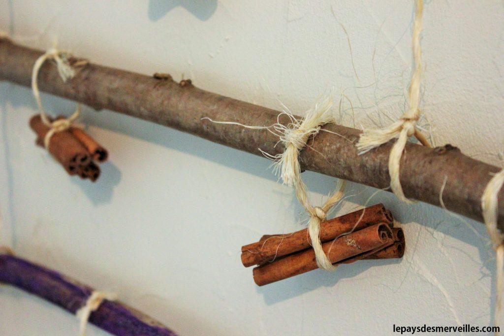 Arbre de Noel décoré de bâtons de cannelle