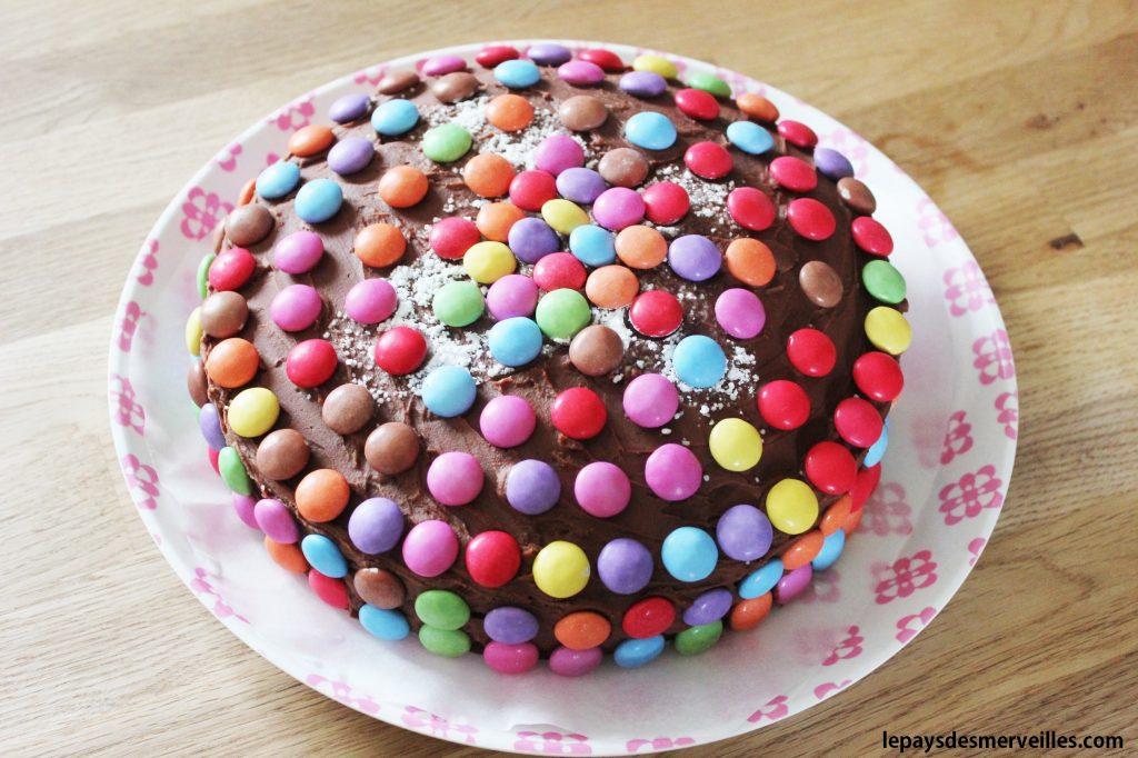 G teau au chocolat d cor de smarties le pays des merveilles - Decoration gateau au chocolat ...