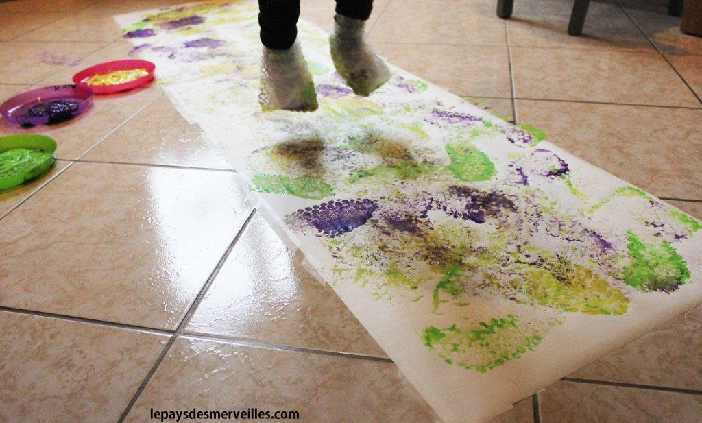 peindre avec ses pieds et du papier bulles. Black Bedroom Furniture Sets. Home Design Ideas