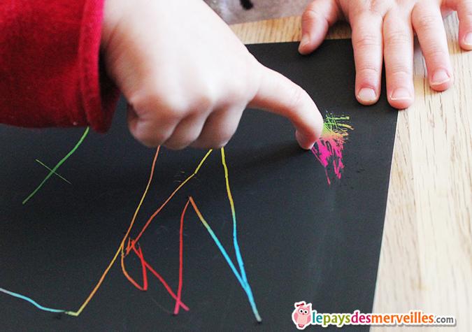 du papier noir à gratter pour une activité magique et colorée