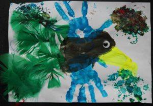 oiseau empreinte de main et plume