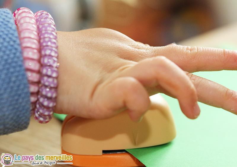 main enfant exercice motricite fine