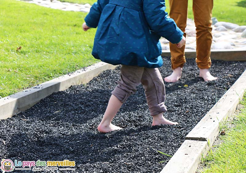 parcours sensoriel pied enfant