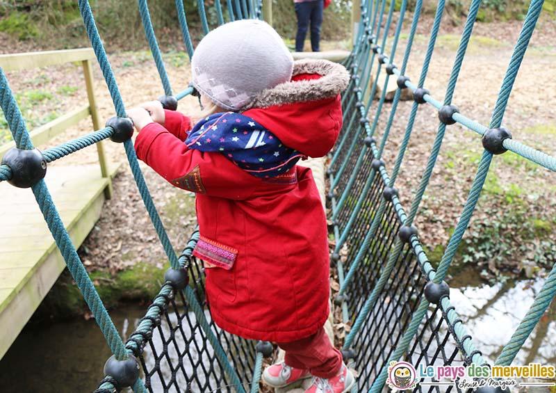 parcours suspendu arbre bebe