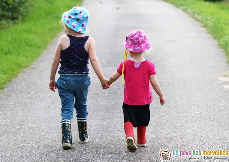 promenade soeur main dans la main