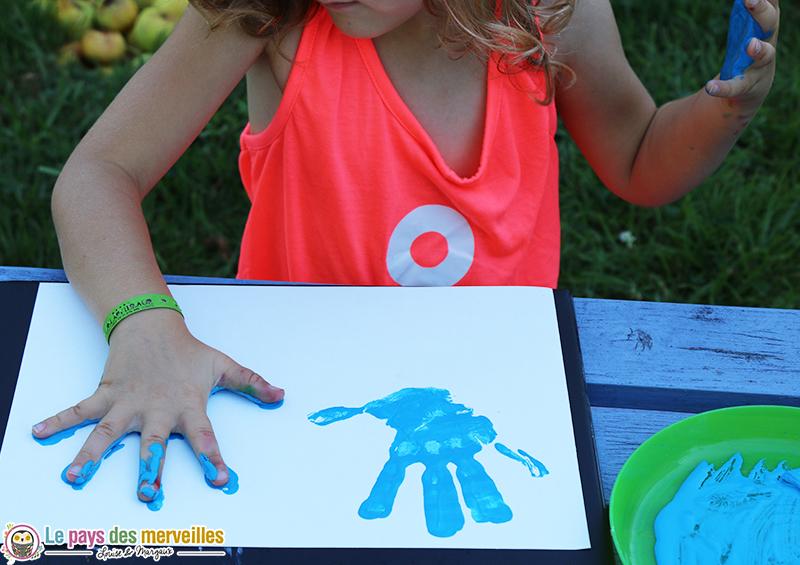 empreinte main peinture bleue