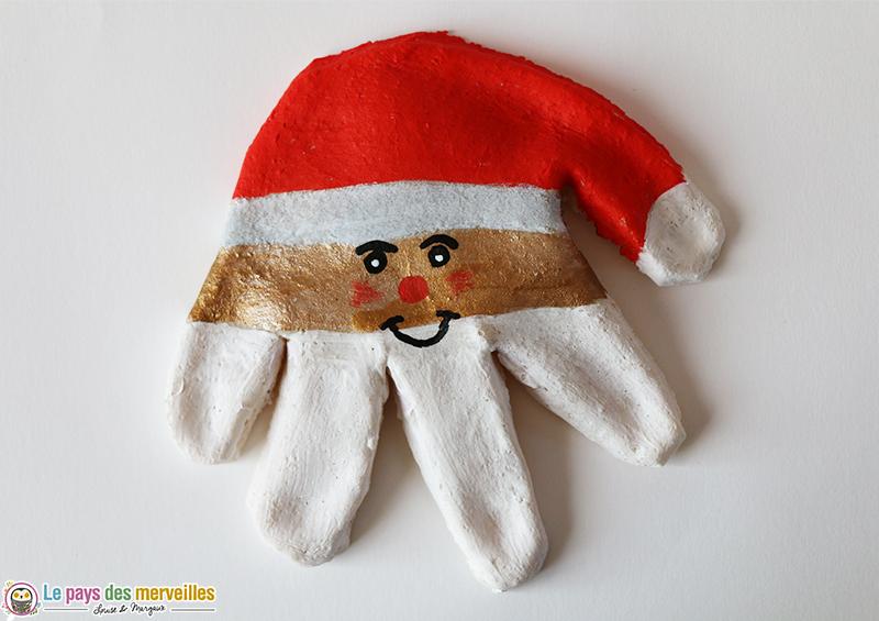 Un Père Noël En Empreinte De Main Et En Pâte à Sel