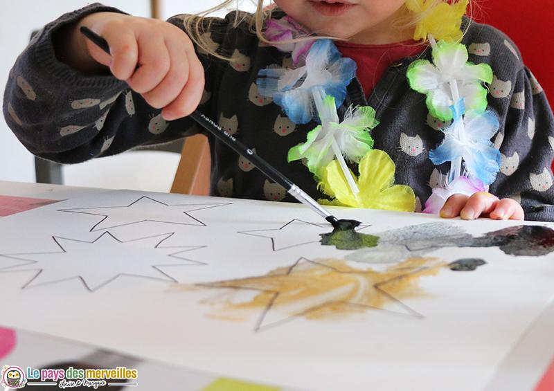 enfant de 2 ans qui peint des étoiles