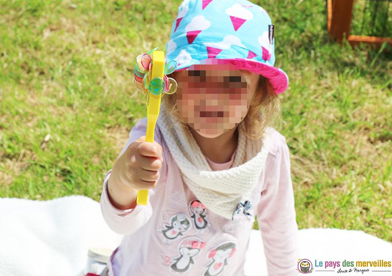 enfant de 5 ans qui joue avec des aimants et un ramasse pions