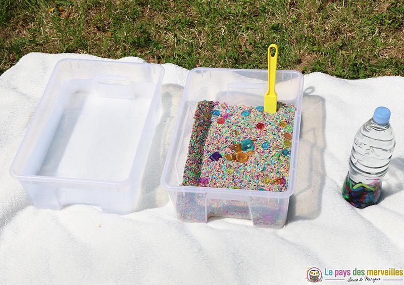 activité sensorielle avec des aimants, de l'eau et du riz coloré