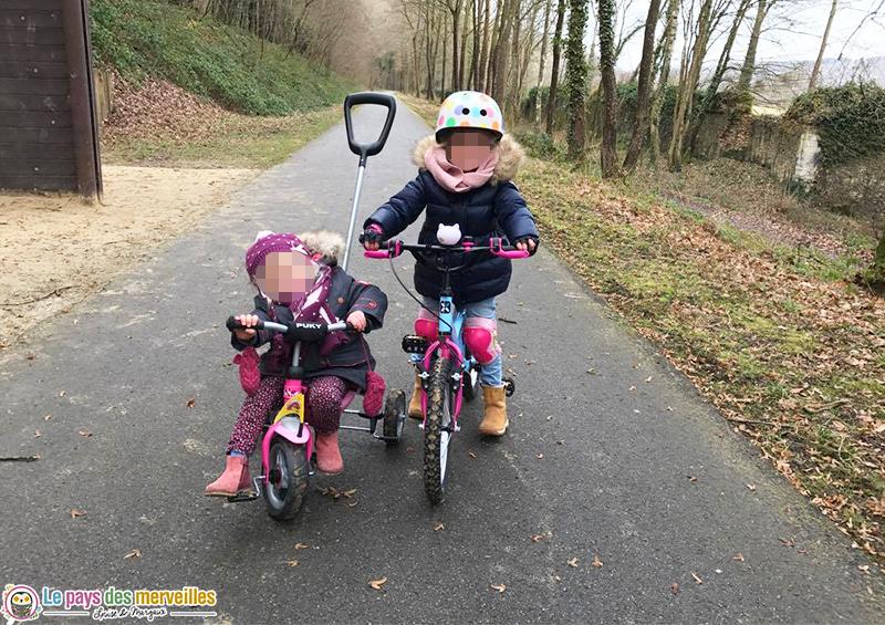 grande fille qui se balade à vélo et en tricycle