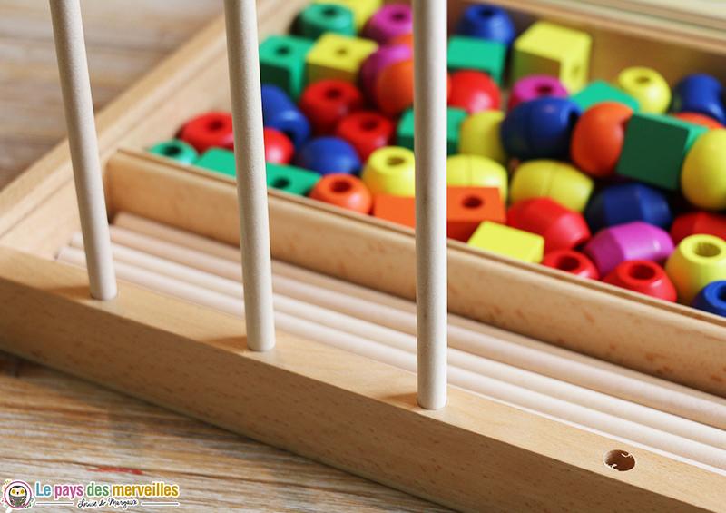 tiges en bois verticales pour enfiler des perles