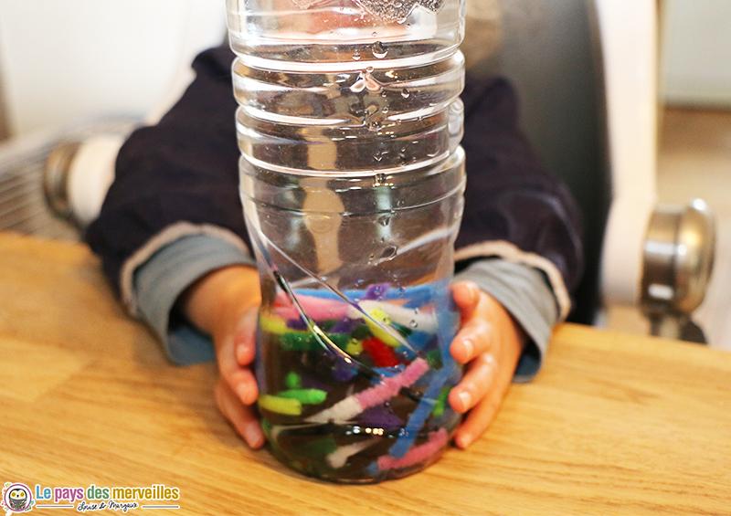 bouteille sensorielle cure-pipes et eau