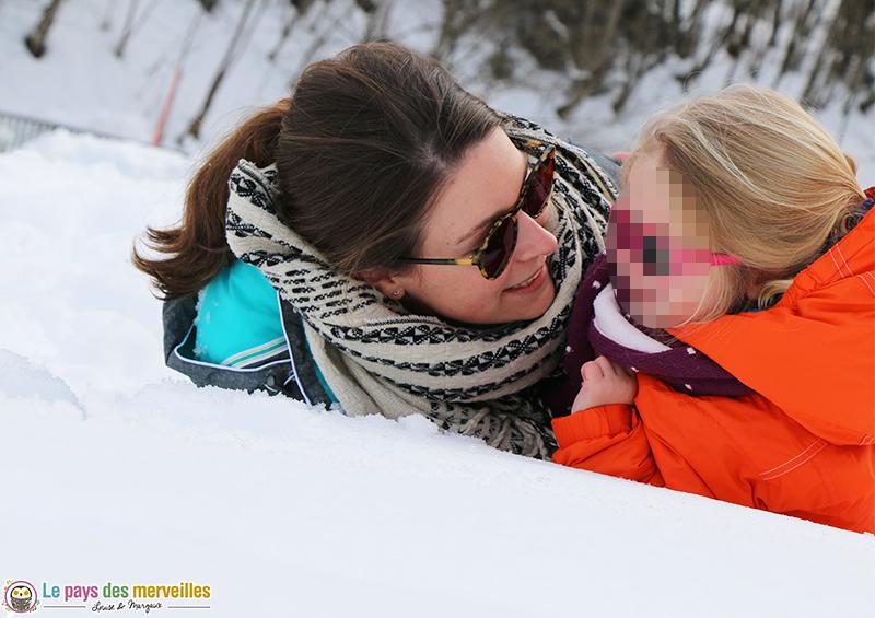 moment de complicité dans la neige avec les enfants