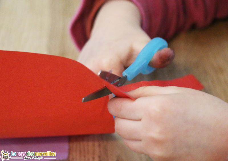 Découper des bandes de papier coloré