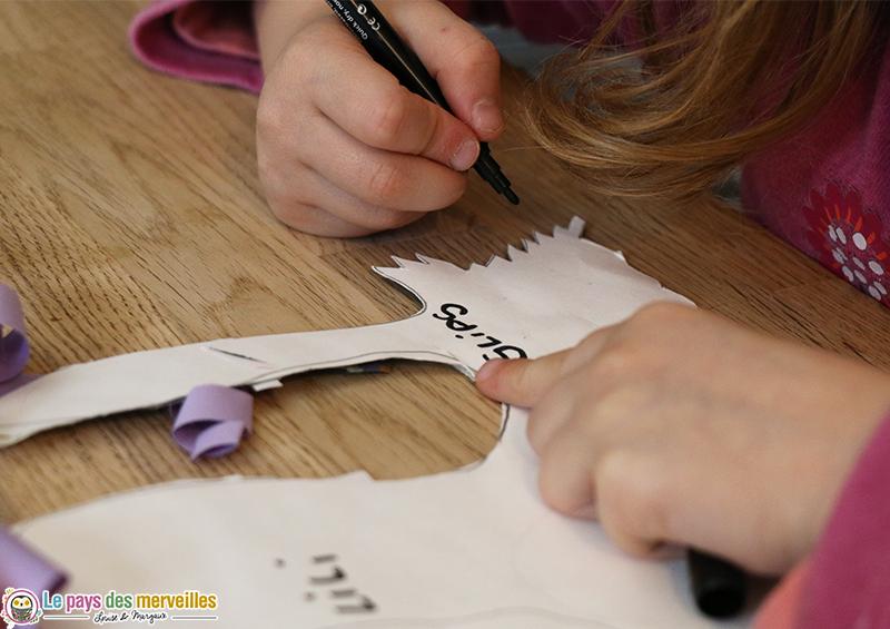 Ecrire le prénom des monstres au dos du bricolage