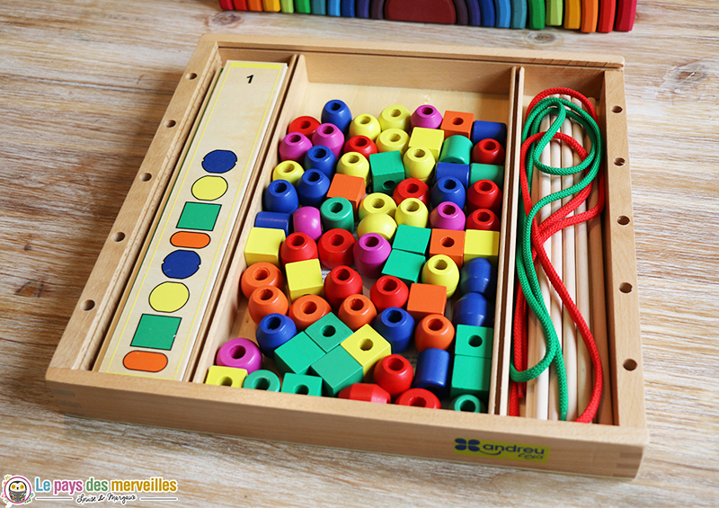 jeu en bois avec de grosses perles colorées