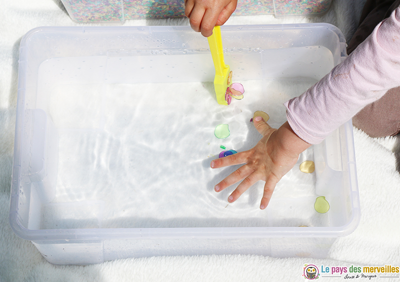 jeu d-eau avec des jetons aimantés et un ramasse pions magnétique