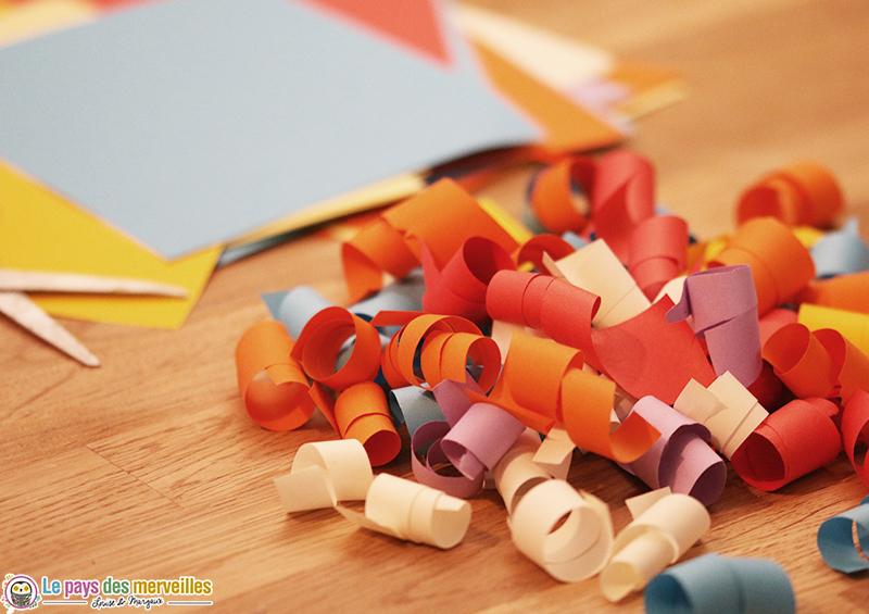 Papier coloré frisé avec des ciseaux