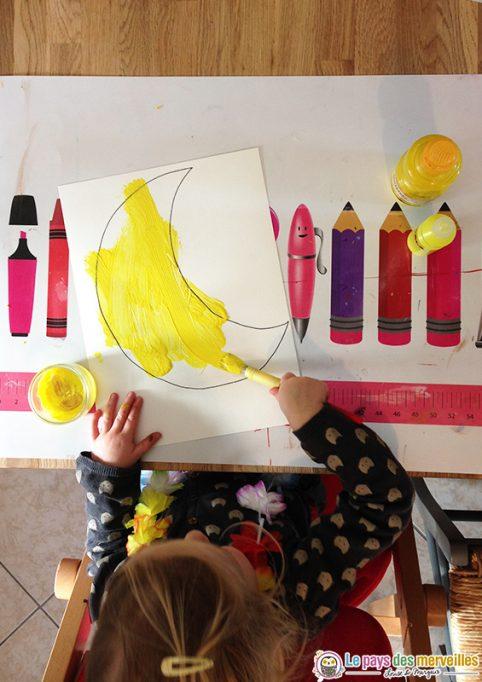 peindre une lune avec de la gouache jaune
