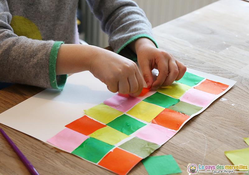 algorithme avec des carrés de papier de soie colorés