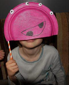 masque monstre avec des assiettes en carton