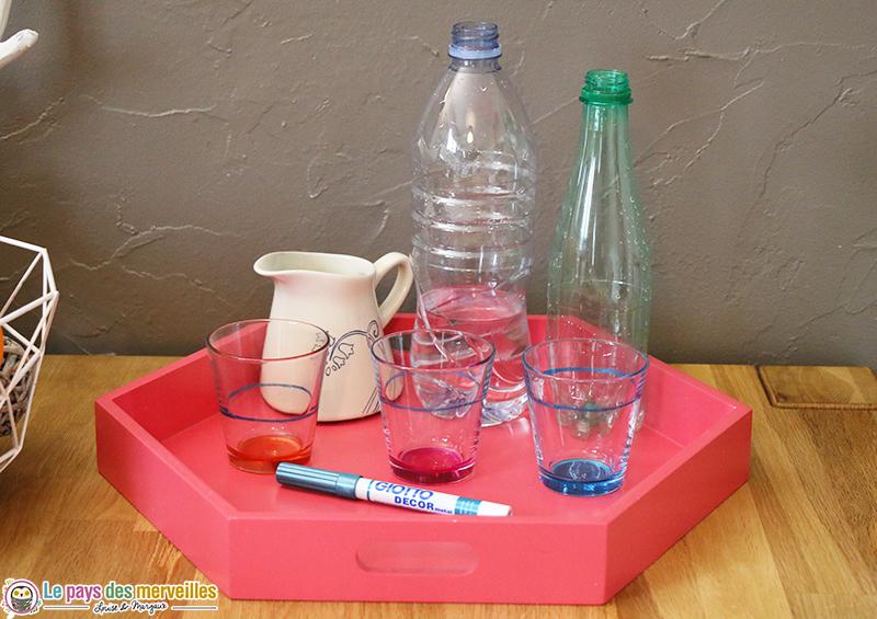matériel pour une activité Montessori de transvasement d'eau