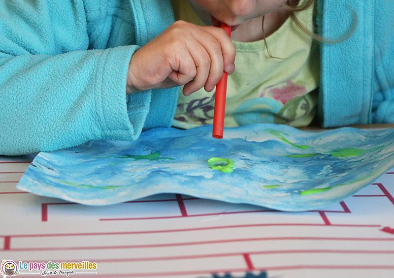 Souffler sur de la peinture verte pour représenter des algues