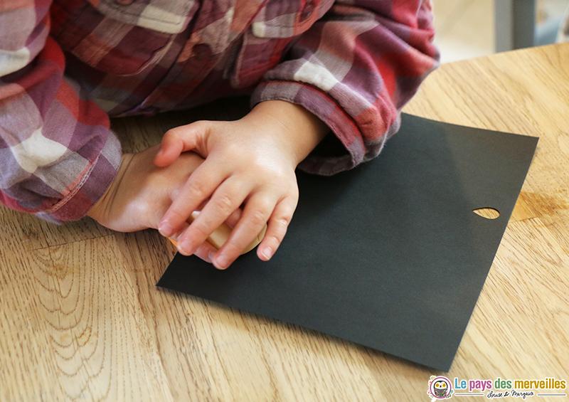 goutte découpée dans du papier noir avec une perforatrice