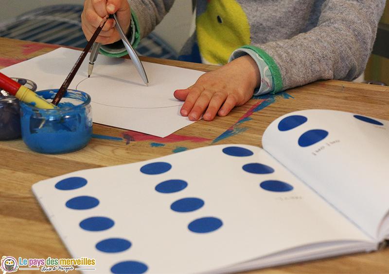 Enfant qui dessine un cercle au compas