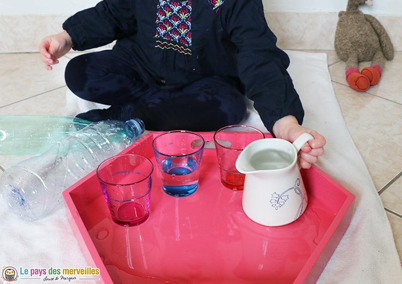 transvaser de l'eau avec une petite carafe d'eau