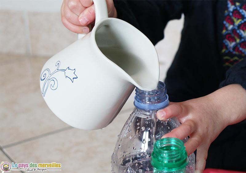 transvaser de l'eau dans le goulot d'une bouteille