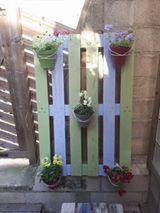 transformer une palette en mur de fleurs