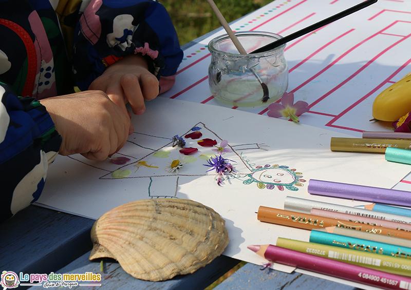 coller des fleurs du jardin sur un dessin d'enfant