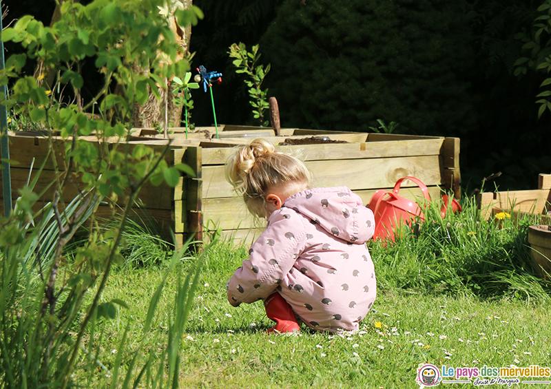 cueillir des fleurs dans le jardin