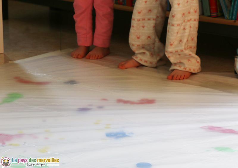 Peinture propre géante avec les pieds