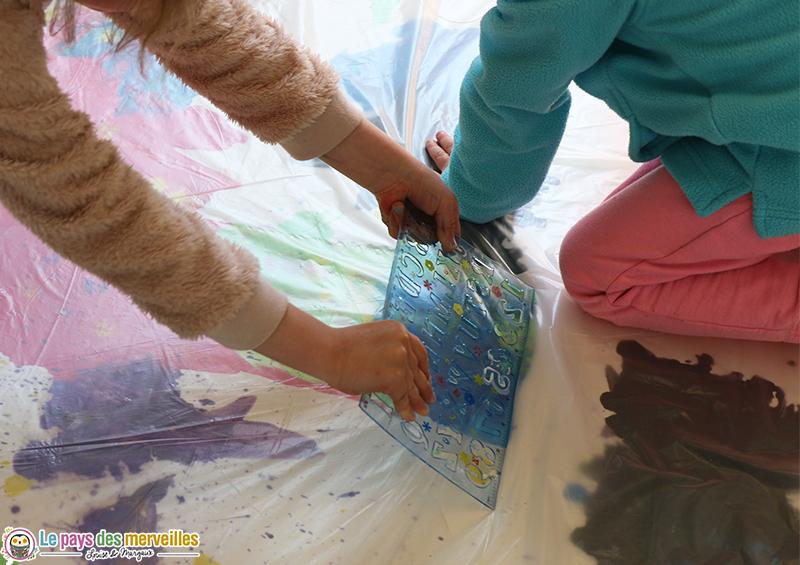 Etaler de la peinture avec une règle
