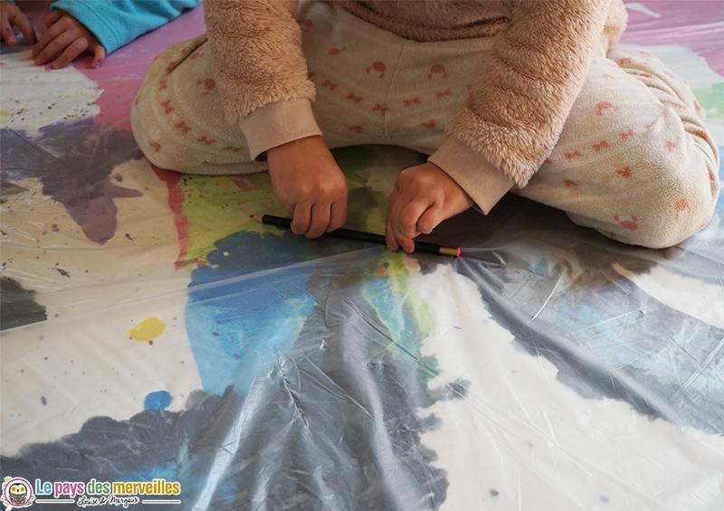 Etaler de la peinture avec un crayon
