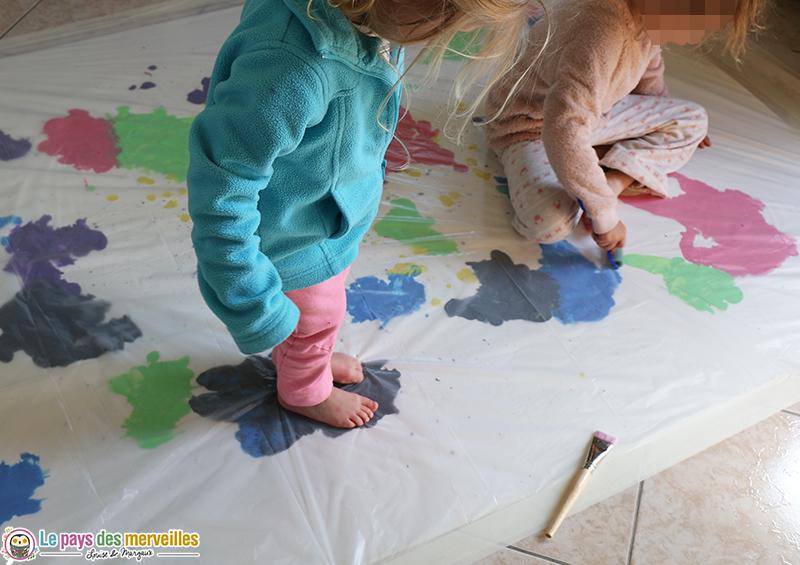 Marcher sur une bâche avec de la peinture