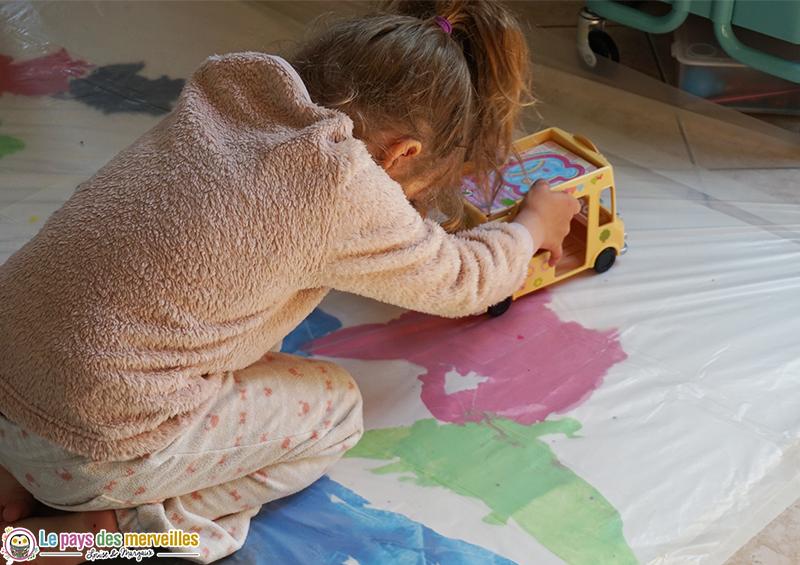 Faire des traces sur la peinture avec une voiture