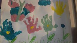 peinture du printemps avec empreintes de mains et de pieds