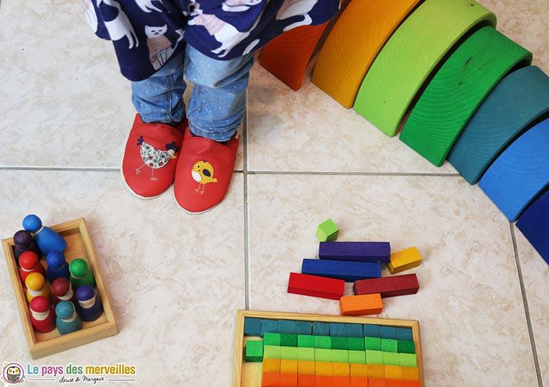chaussons en cuir avec un motif poule et poussin